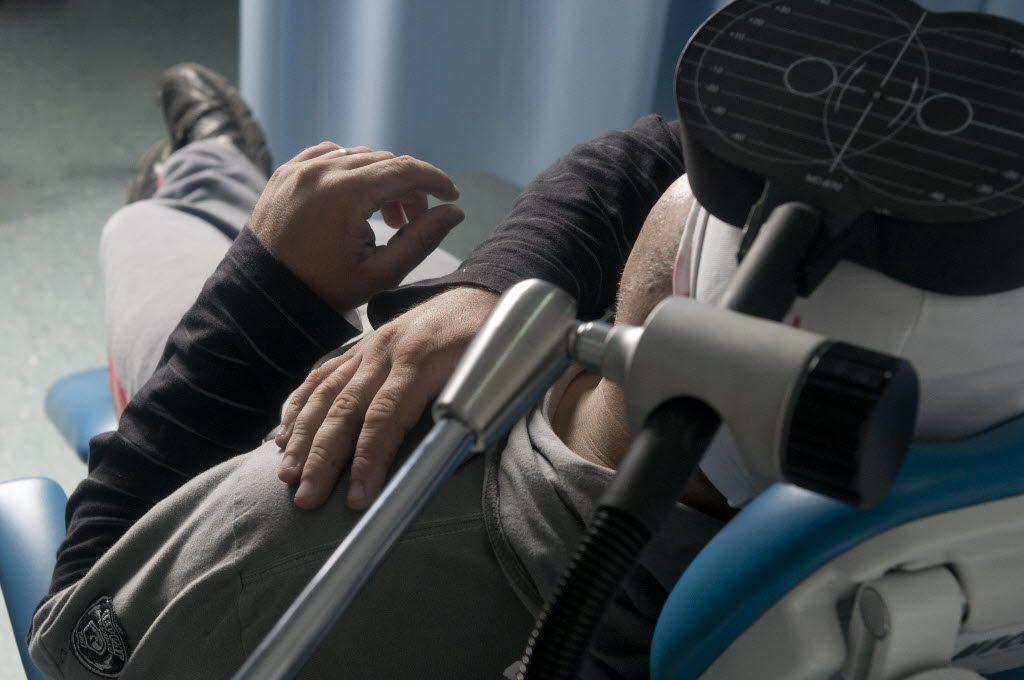 Paciente durante tratamento com estimulação magnética transcraniana no Hospital das Clínicas (Marisa Cauduro -1.set.2011/ Folhapress)
